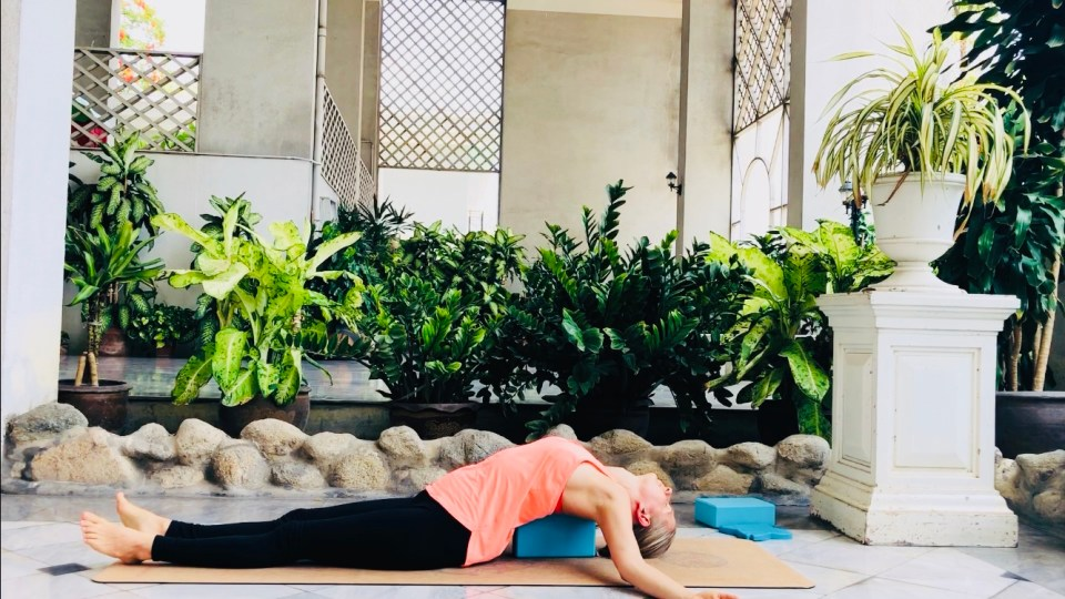 posture-yoga-pour-se-detendre-poisson-avec-bloc