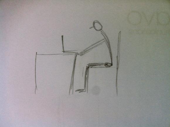 Die typische Sitzhaltung am Arbeitsplatz: Runder Rücken, hängender Kopf, nach vorn gezogene Schultergelenke
