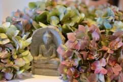 Der Spa-Bereich mit dem Detailblick auf die Deko und das Blütenbukett - (c) yoga privé