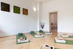 Der Raum für Yoga mit Blick auf das Parkett, die Yogamatten und zur Ankleide - (c) yoga privé