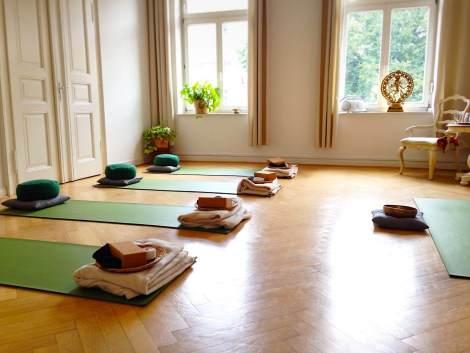 Der Yogaraum mit Blick auf die Matten und die Fensterfront - (c) yoga privé