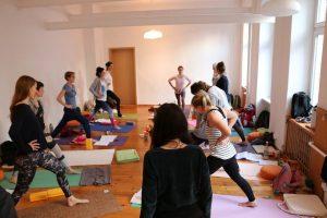 Yoga bei Yoga & Cure; Yoga Ausbildung in Berlin mit Dr. med. Wiebke Mohme & der gesamten Gruppe
