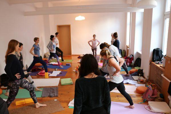 Yoga Ausbildung in Berlin mit Dr. med. Wiebke Mohme & der gesamten Gruppe