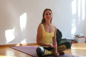 Dr. Mohme hat die Leitung der Yogalehrer Ausbildung Berlin, Prenzlauer Berg. Yoga mit Herz, Hirn, Verstand & Kompetenz. Du lernst hier viel über Pranayama, Ethik, Yogaphilosophie und vieles mehr. Das Sanskritwort für die Wechselatmung lautet Nadi Shodhana. Sie ist sehr effektiv & hilft Dir in vielen Situationen des täglichen Lebens.