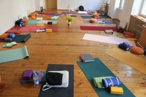 Yoga bei Yoga & Cure. Yoga & Cure geht individuell auf Deine Bedürfnisse ein. Verweilen & Fließen ist der Leitsatz im Yoga & in der Yogalehrer Ausbildung von Yoga & Cure! Hier siehst Du den Yogaraum. Dr. Mohme genießt großes Vertrauen. Ihr Einfühlungsvermögen, ihr Wissen & ihr Mitgefühl sind einmalig.