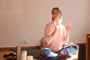 Dr. Mohme, die Yogalehrer Ausbildungsleiterin. Sie ist Ärztin, Yogalehrerin & Dozentin im Gesundheitsbereich.