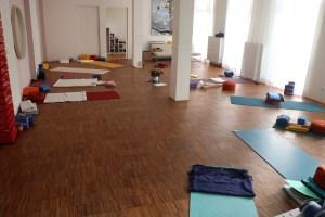 Der Yogaraum des Yogastudios & Yogainstitutes von Dr. Mohme. Dr. Mohme ist spezialisiert auf Yoga Ausbildungen & Yogatherapie Ausbildungen. Hier der Yogaraum während der 300 h Yoga Alliance zertifizierten Ausbildung.