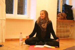 Teilnehmerin der Yogalehrer Ausbildung in Berlin bei Yoga & Cure. Das Institut für Yoga, Yogatherapie & Ayurveda unter der medizinischen Leitung von Dr. med. Wiebke Mohme. Die Yogalehrer Ausbildung in Berlin schlechthin!