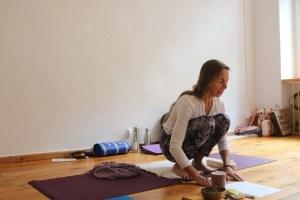 Dr. med. Wiebke Mohme ist Ärztin, Ayurveda Ärztin & Ausbildungsleiterin dieser ganz besonderen Yogalehrer Ausbildung in Berlin. Hier eine Szene während der Yoga Ausbildung. Dr. Mohme unterrichtet kompetent, effektiv & gleichzeitig liebevoll.