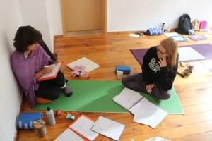 Der Yoga Unterricht während der Yogalehrer Ausbildung beinhaltet auch Anatomie. Selbst diese theoretischen Unterrichtsthemen gestaltet Dr. Mohme praxisnah & lebendig. Yogastudentinnen & Studenten lernen sowohl viel über Yoga, als auch über ihren eigenen Körper.