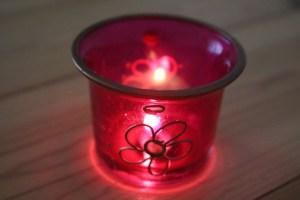 Kerzen & Gemütlichkeit gehören bei der Yogalehrer Ausbildung in Berlin dazu. Kerzen spielen folglich nicht nur bei bestimmten Yoga Meditationen eine wichtige Rolle. Tratak, von dem Sanskritwort Trataka abgeleitet, nennt sich die Kerzenmeditation. Dabei schaust Du auf einen Punkt der Flamme. Diese ist eine der 6 möglichen Reinigungsübungen, Shatkriyas genannt, die ebenfalls im Ayurveda bekannt sind.