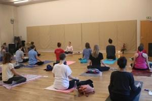 """Yoga Lehrerin & Dozentin des Yogainstitutes Yoga & Cure Dr. med. Wiebke Mohme als Workshopleiterin eines Yoga Workshops. Auf der Seite """"News"""" entdeckst Du immer wieder Neuigkeiten. Sowohl Artikel zum Thema Yoga, als auch Yogaworkshops."""