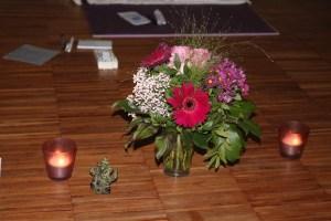 """Hier findest Du Workshops Forrest Yoga & Hatha Yoga mit Dr. med. Wiebke Mohme. Die Workshops mit Wiebke gehen noch tiefer, als die """"normalen"""" Yogastunden. Auch beim Yoga gehören Blumen, sowie ein angenehmes Umfeld dazu. Dies erleichtert das Praktizieren sowohl der Asanas, als auch der Pranayamaübungen, als auch von Shavasana."""