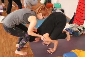 Die Yogalehrer Ausbildung in Berlin. Assists werden unter medizinischer Anleitung geübt. Es gibt viele andere tolle Yogadozentinnen außer Anna Trökes oder Alexander Kröker in der Yogawelt. Beispielsweise Dr. Mohme aus dem Prenzlauer Berg.