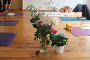 Auch Blumen gehören bei der Yoga Fortbildung für Yogalehrer dazu. Anatomie & Körperwissen für Yogalehrer & Yogalehrerinnen wird geleitet von Dr. med. Wiebke Mohme. Dr. Mohme ist Spezialistin für ein wirklich gesundes Yoga. Sie kennt sich zudem mit verschiedenen Yogastilen sehr gut aus.