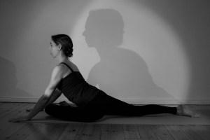 Dr. Mohme lehrt ein sanftes Yoga während der Yogalehrer Ausbildung. Dr. Mohme ist sowohl das Alignement wichtig, als auch ein wirklich körpergerechtes & zugleich gesundes ausüben der Asanas. Der Yogastil spielt hierbei keine Rolle. Du bist willkommen, egal ob Du vom Hot Yoga, Iyengar Yoga, Ashtanga Yoga oder Hatha Yoga kommst.