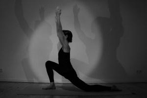 Der Ausfallschritt im Yoga ist eine häufig vorkommende Asana. Hier wird beispielsweise der für den Yoga wichtigste Muskel gedehnt. Weißt Du wie er heißt? Es ist der Iliopsoas oder auch Ilio Psoas. Dort sind traumatische Erfahrungen gespeichert. Dieser Muskel hat zwei Teile: Den Ilio und den Psoas. Dies alles und noch viel mehr erklärt Dr. Mohme während der Yogalehrer Ausbildung in Berlin Prenzlauer Berg.