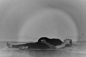Während der Yogatherapie Ausbildung mit Dr. Mohme geht es nicht nur um das körperechte Ausüben der Asanas, sondern auch um das wirkliche Verstehen der Körperzusammenhänge.