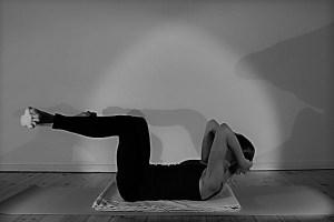 """Die Stärkung der Mitte ist im Yoga besonders wichtig. Die auch """"core"""" genannte Körperregion spielt eine sehr bedeutende Rolle nicht nur für die Asanas, sondern auch im täglichen Leben. Wie Du am besten mit Deinem Körper & den Körperreserven umgehst lernst Du in dieser Yogalehrer Ausbildung. Der praktische Bezug zum """"wirklichen"""" Leben ist manchmal sehr wertvoll. Hier siehst Du die Ausbildungsleiterin bei einer, die klassischen Asanas vorbereitenden, Übung."""