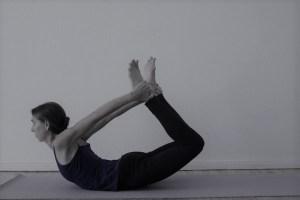 Das Dehnen verkürzter Muskeln ist im Yoga besonders wichtig! Manche Yogastile achten zu wenig auf die wirkliche Gesundheit von Körper, Geist & Seele! Dr. med. Wiebke Mohme richtet ihren Fokus sowohl auf die Ganzheitlichkeit der Yogalehrer Ausbildung, als auch auf das Erlernen von gesundem, die Gesundheit & das Wohlbefinden des Menschen unterstützenden Yoga. Hier siehst Du  den Bogen. Der Sanskrit Name lautet Dhanurasana. Der Bogen aktiviert fast die komplette Rumpfmuskulatur.