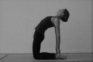 Also zurück zum Asana Kamel. Du kannst das Kamel sowohl an der Wand als auch ohne Wand üben. Yogatherapie schaut genau hin und lehrt Dich Unterscheidungen exakt treffen zu können. Was ist wirklich gut & gesund für den jeweiligen Menschen? Dies ist eine der entscheidenden Fragen. Es gibt so viele Lösungen, wie es Menschen gibt. Denn Yoga ist sehr individuell. Das haben viele Yogalehrer & Yogalehrerinnen leider noch nicht verstanden.