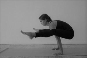 Diese Yoga & Yogalehrer Ausbildung 300+ ist Yoga Alliance zertifiziert. Dr. Mohme die Yogalehrer Ausbildungsleiterin ist Ärztin & Ayurvedaärztin. Hier zeigt sie das Asana Glühwürmchen.