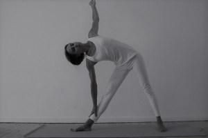 Das Dreieck oder in der Originalsprache auch Trikonasana ist eine praktische Yogaübung. Die wesentlichen Yogaasanas, kurz auch Asanas genannt, werden während der Yogalehrer Ausbildung besprochen. Die Yoga Ausbildung bei Yoga & Cure steht unter medizinischer, ärztlicher Leitung! Deine Gesundheit & persönliche Entwicklung ist Wiebke sehr wichtig.