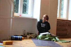In der Yogalehrer Ausbildung in Berlin gibt es viele nette Teilnehmerinnen. Sie kommen aus verschiedenen Yogastilen. Was bei Yoga & Cure nicht unterrichtet wird ist beipielsweise Power Yoga, Hot Yoga, Iyengar und der von Yoga Vidya gelehrte Yoga. Dafür gibt es Einflüsse aus anderen Yogastilen, wie z.B. Hatha Yoga, Forrest Yoga, Vinyasa, Ashtanga, Vini Flow & Embodied Flow.