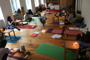 Während der Morgenpraxis der Yogalehrer Ausbildung in Berlin werden nicht nur Asanas geübt. Diese Yogastunden beinhalten durchaus auch andere Elemente des Yoga, wie zum Beispiel Mediation, Pranayama (Atemübungen) und Shavasana. Hier kannst Du den wirklich besonderen Yogaunterricht von Dr. med. Wiebke Mohme erleben. Die Atmosphäre in ihren Yogastunden ist eine besondere. Es ist dort sowohl entspannt als auch lehrreich!