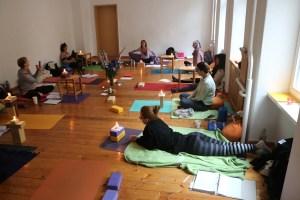 Diese Yogalehrer Ausbildung vereinigt sämtliche Yogastile. Hier erhältst Du das Wissen in Theorie & Praxis von ganz verschiedener Yogastile. Zum Beispiel aus dem Hatha Yoga, dem Jivamukti Yoga, dem Power Yoga, dem Hot Yoga, dem Forrest Yoga & dem Iyengar Yoga. Dr. Mohme ist eine exzellente Lehrerin & Yogadozentin.