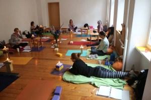 Anatomie & Körperwissen für Yogalehrer & Yogalehrerinnen mit Dr. Mohme. Dr. Mohme obliegt die fachliche Leitung dieser Yoga Fortbildung. Yogisches Denken gehört zu ihrem Leben.