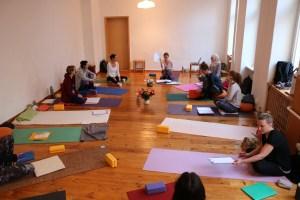 Die 300 Stunden Yogalehrer Ausbildung baut auf der 200 Stunden Yoga Ausbildung auf. Sowohl die Ausbildungsleitung, als auch die medizinische Leitung obliegt der Ärztin Dr. Mohme. Lass auch Du Dich von Wiebkes tiefem Wissen bereichern. Gesundheit & Körperwissen stehen in dieser Yoga Ausbildung ganz weit oben.