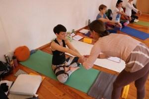 """Die Ayurvedaärztin Dr. Mohme zeigt den Teilnehmerinnen der Yogaausbildung Yogassists. Manche Yoginis nennen """"Assists"""" auch """"hands on"""". Diese Yogalehrer Ausbildung findet in Pankow -  Prenzlauer Berg statt. Hier erhältst Du mehr als nur Yoga. Wiebke ist außerdem der praktische Bezug zum täglichen Leben wichtig. Lediglich wirklich gelebter Yoga ist wertvoll. Integriere Yoga in Dein Leben."""