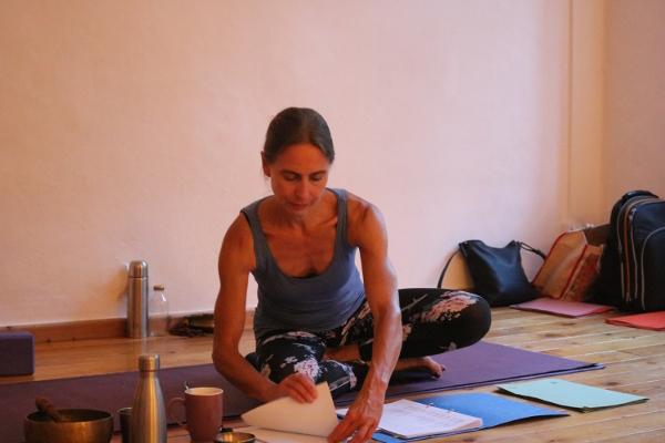 Dr. Mohme ist die Institutsleiterin von Yoga & Cure. Sie hat diverse Yogaausbildungen absolviert. Unter anderem eine BDY anerkannte Yoga Ausbildung des Himalaya Instituts. Ferner wurde sie von Ana Forrest und Tara Judelle ausgebildet. In Dr. Mohmes Institut werden in Bälde BDY gleichwertige Yogalehrer Ausbildungen angeboten.  Es ist folglich nicht notwendig nach Bali, Indien, Thailand oder Indonesien zu gehen, um einen Yoga Ausbildung zu absolvieren.