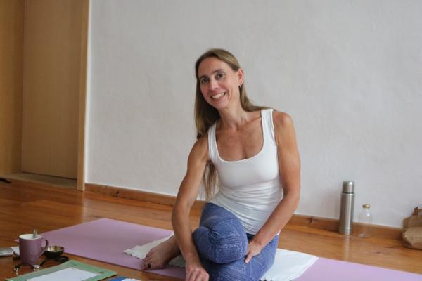 Die Yogalehrer Ausbildungen BDY rechnen in 45 Minuten Stunden. Yoga & Cure rechnet in 60 Minuten Stunden, so wie bei der Yoga Alliance üblich. Deswegen kann es in der Angabe der Stundenzahl einen großen Unterschied geben. Ferner ist die Anzahl der geleisteten Präsenzstunden wichtig. Informiere Dich bei dem Anbieter der jeweiligen Yoga Ausbildung ganz genau.