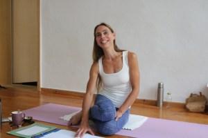 Dr. med. Wiebke Mohme hat sowohl die Schulmedizin verstanden, als auch den Ayurveda. Ayurveda ist das indische Heilsystem. Außerdem ist sie in Yogalehrer Ausbildungen, Ayurveda Ausbildungen & Yogatherapie Ausbildungen tätig. Dr. Mohme verfügt über die Gabe, selbst komplizierte Sachverhalte verständlich zu erklären. Sie besitzt sowohl ein nahezu unendliches theoretisches & praktisches Wissen, als auch die notwendige Erfahrung. Ihre Art Yoga zu unterrichten ist genauso einmalig, wie ihre Art Menschen in Sachen Ayurveda zu beraten.