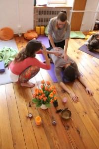 Hands on und Assists werden selbstverständlich geübt während der Yogatherapie Ausbildung. Schließlich möchtest Du Menschen unterstützen, ein die Gesundheit unterstützendes Yoga zu praktizieren.