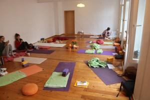 Bereits der Yogaraum von Yoga & Cure strahlt Wärme & Geborgenheit aus. Wiebke unterrichtet Yoga einerseits sehr einfühlsam, andererseits sehr qualifiziert. Yoga hat bei ihr weder mit Sport noch mit Leistung zu tun. In Ihrem Yoga geht sie individuell auf die Menschen ein. Du bist willkommen, so wie Du bist.