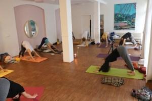 Selbstverständlich ist während der Yogalehrer Ausbildung in Berlin auch die Yogapraxis wichtig. Diese Yoga Ausbildung geht allerdings in vielen Bereichen in die Tiefe. Yogaphilosophie und echte Spiritualität sind ebenso wichtig. Hier siehst Du die Ausbildungsgruppe bei der Yogapraxis.