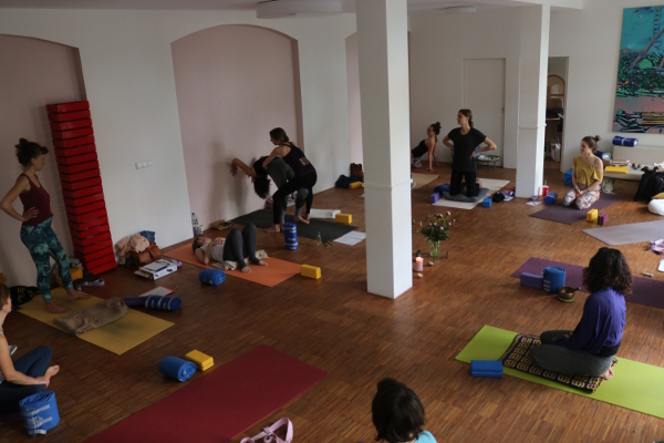 Yoga teacher training in Berlin. Dr. Mohme runs this teacher training. She is medical doctor and ayurvedic doctor.