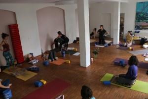 Diese 300 Stunden Yoga Alliance zertifizierte Ausbildung birgt viele Geschenke in sich. Außerdem wird sie auch zur Anerkennung durch die Krankenkassen führen. Dadurch wirst Du befähigt Präventionskurse anzubieten. Weil Wiebke nicht nur Yoga Alliance teacher, also Lehrerin ist, sondern auch eine BDY Ausbildung hat kommt es noch besser. Mit einigen Ergänzungsstunden kann auch der Abschluss des BDY erlangt werden. Offiziell heißt dieser Abschluss BDY/EYU. Diese Ausbildung ist sowohl in Deutschland, als auch in Europa anerkannt und garantiert einen sehr hohen Standard.