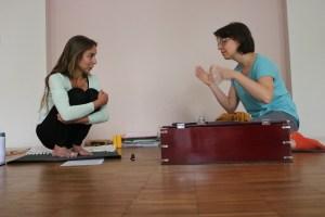 Die Yogalehrer Ausbildung beinhaltet viele verschiedene Themen. Sowohl Spiritualität als auch Yogaphilosophie als auch Sanskrit sind Themen. Kirtan - und Mantrasingen gehört ebenso dazu. Ein klassisches Instrument hierfür ist das Harmonium. Musik kann Deinen persönlichen Yogastil unterstützen.