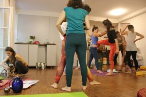Die ganzheitliche, spirituelle Yogaausbildung von Dr. Mohme bietet sehr viel. Persönliche Erfahrungen sind genauso wichtig, wie wirklich fundiertes medizinisches Wissen! Hier siehst Du die Teilnehmerinnen, wie sie an ihrer Körperausrichtung arbeiten.