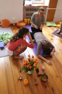 Sowohl während der Yoga Ausbildungen, als auch während der Fortbildungen für Yogalehrer & Yogalehrerinnen sollten Anatomie und medizinische Grundlagen eine wichtige Rolle spielen. In den Yogafortbildungen für Yogalehrer von Dr. Mohme ist dies der Fall. Bei Dr. med. Wiebke Mohme, Fachärztin für Allgemeinmedizin & Ayurvedaärztin, lernst die Zusammenhänge im Yoga wirklich verstehen. Du lernst bei ihr sowohl wichtige Grundlagen für Deinen Yogaunterricht als auch für Deine eigene Yogapraxis.