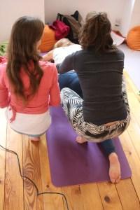 Dr. Mohme unterstüzt jede Yoga Auszubildende maximal. Dies gilt sowohl für die Yogatherapie Ausbildung als auch für die Yogalehrer Ausbildungen. Weil sie Top Expertin in vielen Fachbereichen ist, fällt ihr dies leicht. Dr. Mohme ist mit Herz, Verstand, Einfühlungsvermögen und insbesondere unendlich großem theoretischen & praktischen Wissen tätig. Die Schülerinnen schätzen ihren lebendigen Unterricht sehr.