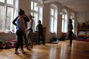 Die Teilnehmerinnen der Yogalehrer Ausbildung in Berlin sind meistens sehr bewegt. Sowohl Theorie, als auch Anatomie, als auch Yogapraxis werden auf ganz besondere Art und Weise unterrichtet. Mantren wie zum Beispiel Lokah Samastah werden gesungen. Auch auf die Stimme und das Sprechen wird genauso geachtet, wie auf eine freundliche Zugewandtheit. Yoga bei Yoga & Cure wird lebendig und lebensnach in den Yogalehrer Ausbildungen gelehrt. Gastdozenten anderer Yogatraditionen unterrichten einzelne Yogastunden und Themen.