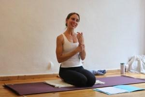 Dr. Mohme erklärt leidenschaftlich gerne Yogadetails. Details, also Genauigkeiten, die für die Yogapraxis wichtig sind. Dies ist einer von vielen Gründen sich für die Yogalehrer Ausbildung bei Yoga & Cure zu entscheiden. Wiebkes Yogalehrerinnen Ausbildung ist sowohl medizinisch fundiert, als auch sehr menschlich und herzlich. Lerne Dr. Mohme persönlich kennen.