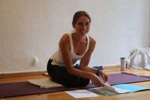 Die 300 Stunden Yoga Ausbildung geht noch tiefer als die 200 h Yoga Ausbildung. Du erhältst hier viel zusätzliches Fachwissen. Wiebke verteilt, wie immer, viele Geschenke. Sämtliche Yogastile sind willkommen. Falls Du eine Anusara Yoga Ausbildung oder Forrest Yoga oder Iyengar oder Kundalini Ausbildung absolviert hast: Du bist bei der Ärztin und Yogadozentin Dr. Mohme willkommen!