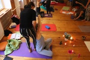 Weil es manchmal wichtig ist, Yogaschülerinnen bei der Ausführung der Asanas zu unterstützen, werden in der 300 Stunden Yoga Ausbildung selbstverständlich auch Assists geübt. Manche Menschen benutzen anstelle des Wortes Assist das Wort hands on.