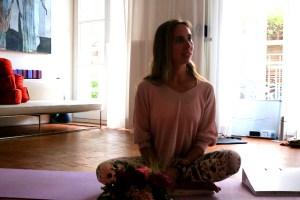 Dr. Wiebke Mohme hört während der Yoga Ausbildung zu
